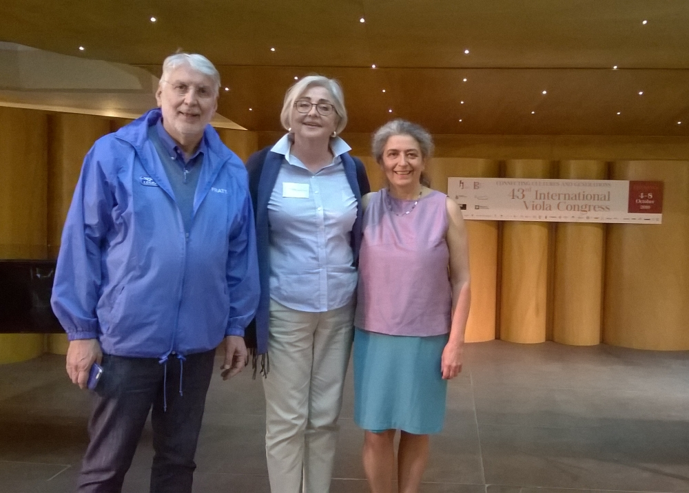 43° Congresso Internazionale sulla Viola, Cremona. Il precedente e l'attuale rappresentanti italiani del KHANA, Roberto Moro e Jill Comerford con Monica Cuneo
