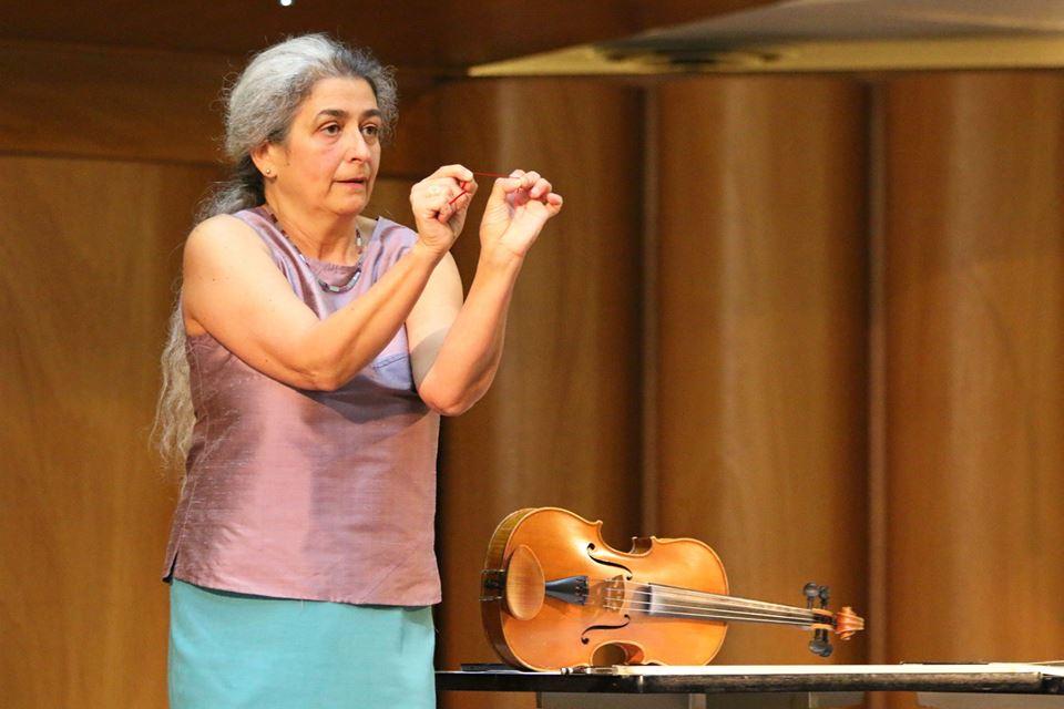 Monica Cuneo al seminario sul Nuovo Approccio Havas al 43° Congresso Internazionale sulla Viola a Cremona mostra la vera distanza tra il 1° e il 4° dito
