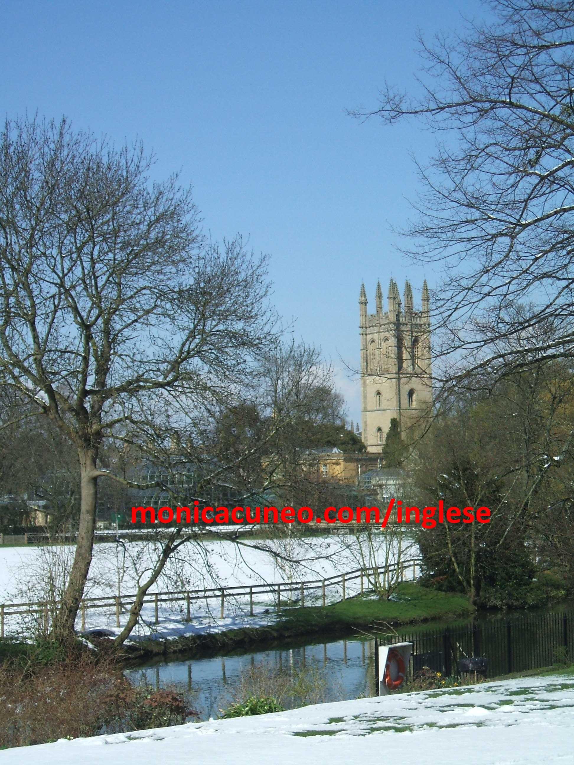 Il tuo corso di inglese a Oxford. Rara vista di Magdalene College Tower, Oxford, con la neve