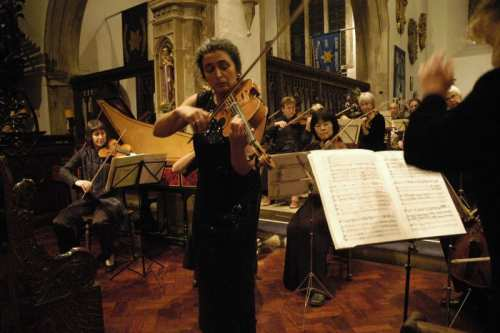 Violista Monica Cuneo esegue il concerto di Carl Stamitz per viola e orchestra