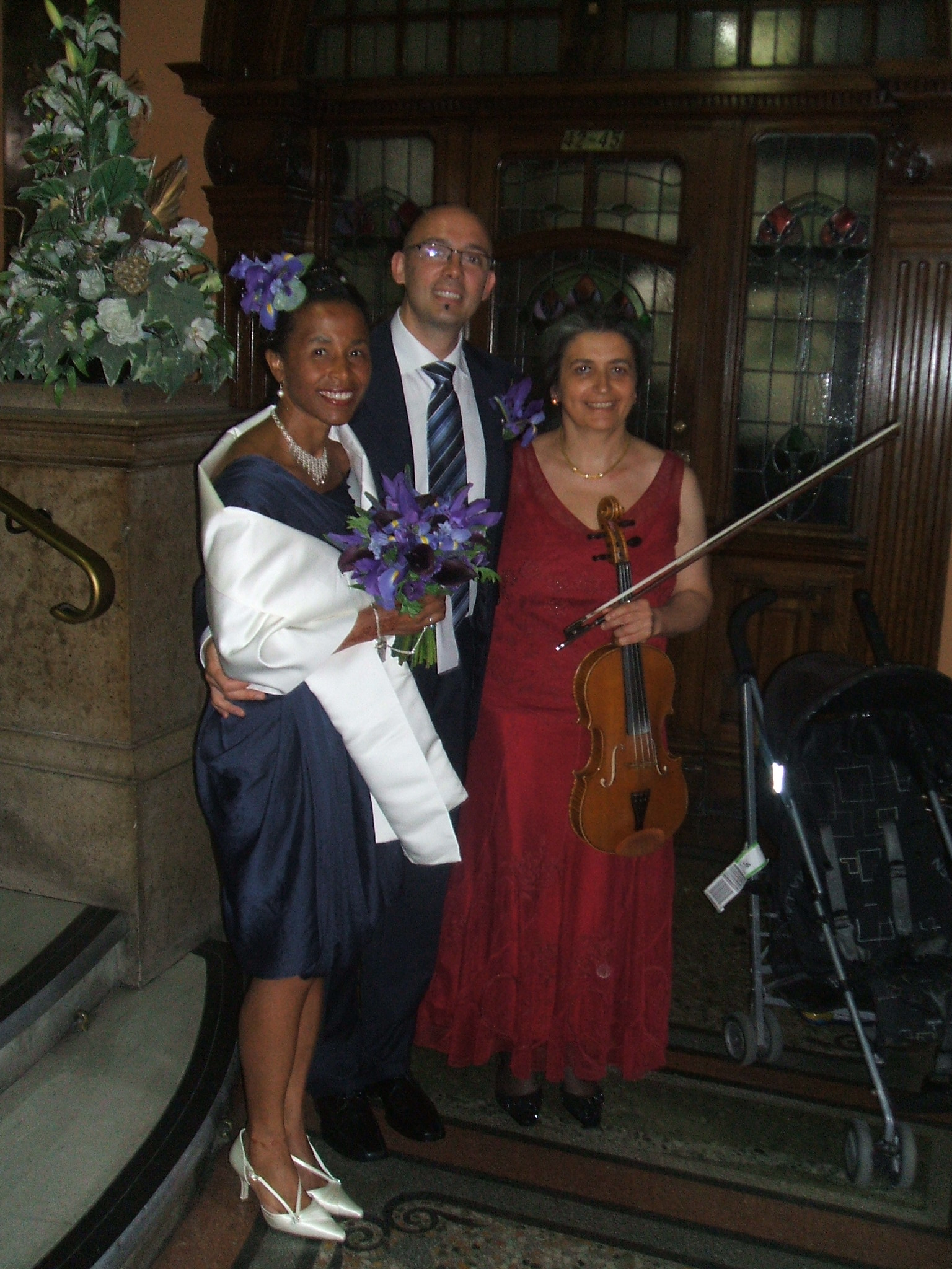 Civil wedding music at Fulham Town Hall, London. Book your professional wedding musician in Oxford. Violin, viola. Ceremony, reception, your favourite music played on the mellow viola.