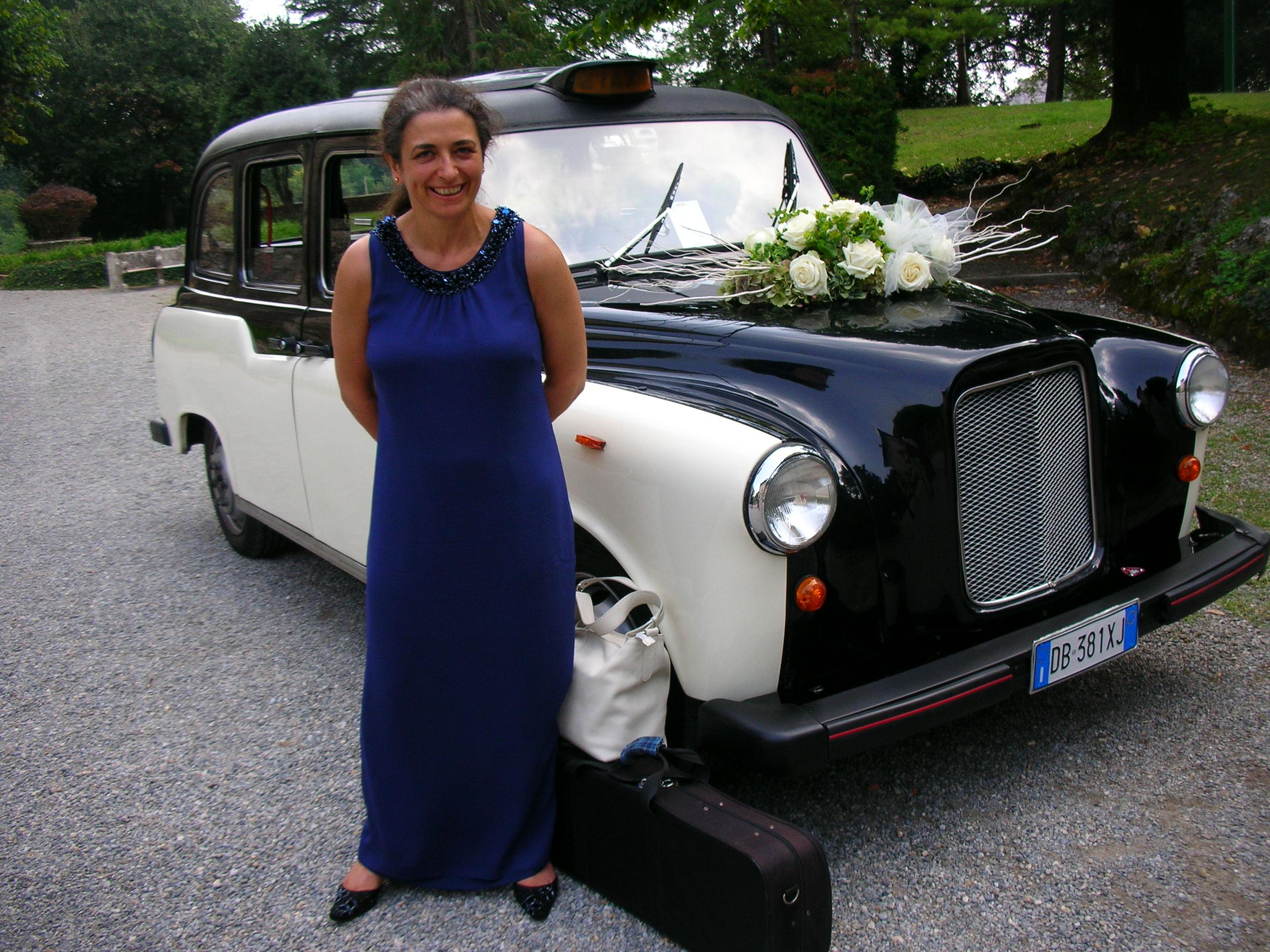 Un'auto originale per il matrimonio: un taxi inglese opportunamente adattato, scelto da una coppia di italiani residenti in inghilterra, sposati in Italia